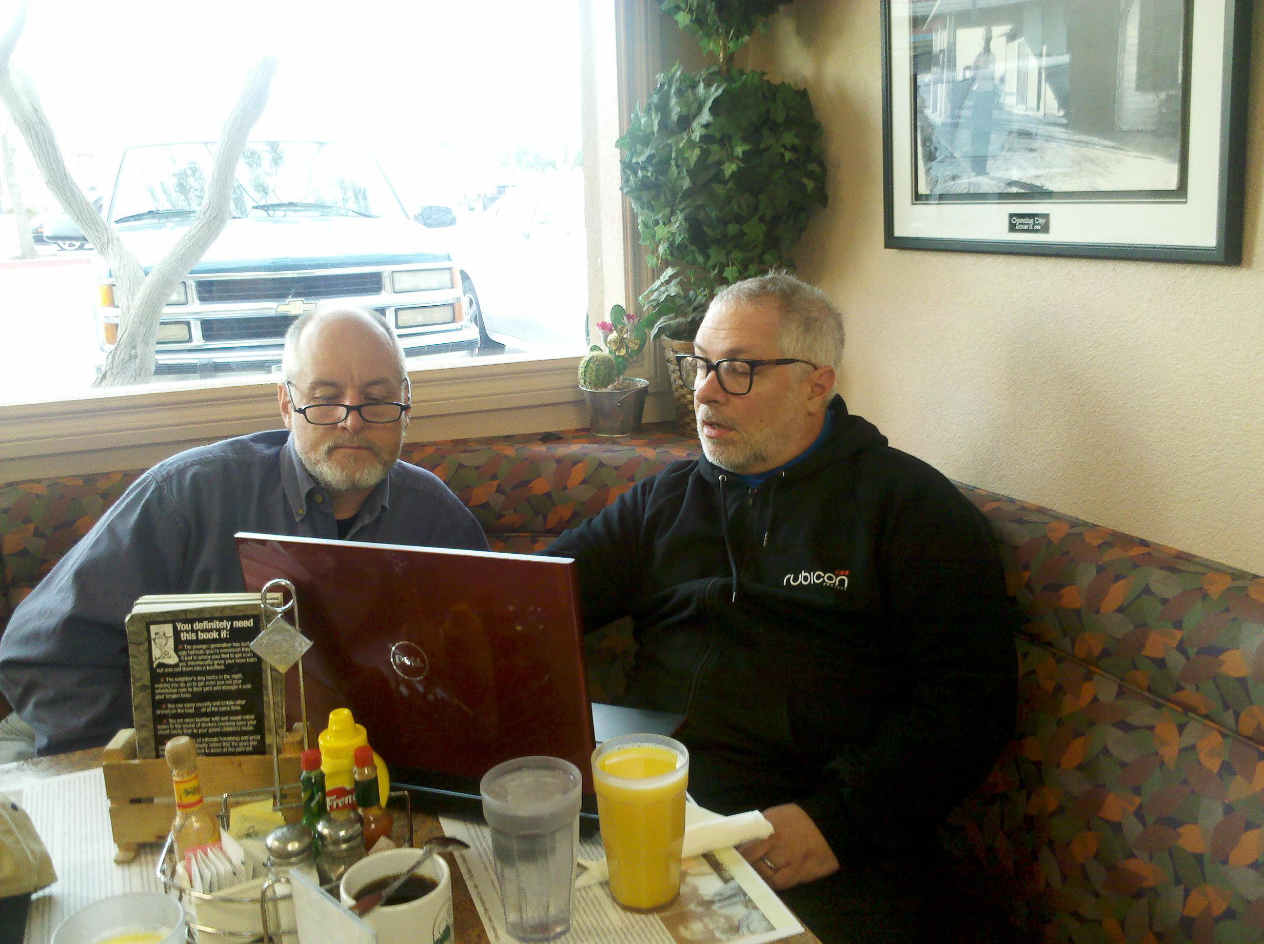 2011-01-29-chuckwalla-120.jpg - Dave and Mojo over breakfast at Chiriaco Summit getting a little preview of Mojo's images from the night.